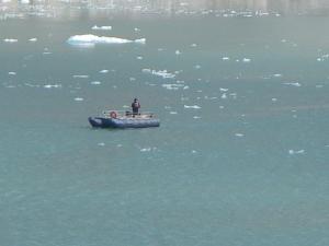 Um cientista pesquisando as águas do Alaska